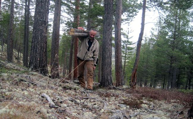 """""""... en født bærer, en pram gjennem skogene, å det var som han elsket sitt kald å gå meget og bære meget, som om det ikke å ha en bør på ryggen var en lat tilværelse som ikke var noget for ham..."""""""