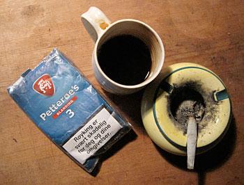 Mine faste følgesvenner gjennom tre tiår: Kaffekoppen og tobakkspungen.