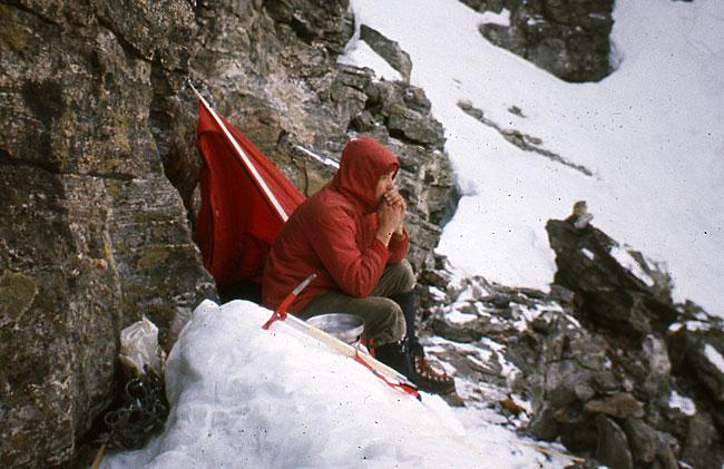 Ensom guttunge på ei forblåst fjellhylle oppunder toppen på Store Trolltind en gang rundt midten av 1970-tallet.