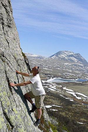 """Utprøving av et mulig innsteg i ei framtidig klatrerute i """"sydpillaren"""" på Mjovassdalskletten."""