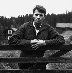 Finn Alnæs ved grinda inn til småbruket Vangen, som han kjøpte i 1969. Men han kom egentlig fra helt andre kår. Han vokste opp i et høyborgerlig miljø av konservative samfunnsstøtter med rike slektstradisjoner både på mors- og farssiden. Blant morens aner finner vi både storbønder, industrigründere, advokater og statsråder foruten vitenskapsmenn og kunstnere. Johan Sebastian Welhaven var Finn Alnæs' tippoldefar.