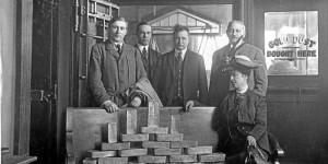 Jafet Lindeberg (t.v.) ble en av Amerikas rikeste menn da han fant gull ved Nome. Her poserer han ved en stabel gullbarrer fra bare én ukes graving.