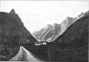 Gammelt bilde fra Romsdalen, omtrent der førstebestigerne oppholdt seg da de bestemte seg for å bestige Romsdalshorn (til venstre). Trolltindene og Trollveggen til høyre.