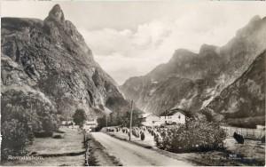 Gammelt fotografi av Romsdalshorn sett fra Halsa i Romsdalen.