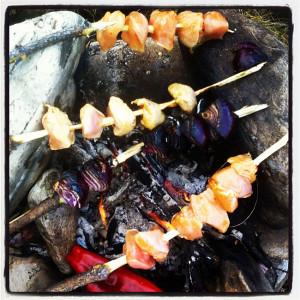 Kylling og rødløk på grillspyd over bålet. Ekte cowboymat.