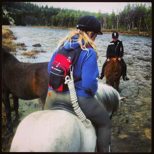 To damer med lang fartstid på hesteryggen: Grete Skomakerstuen og Gry Nergård.