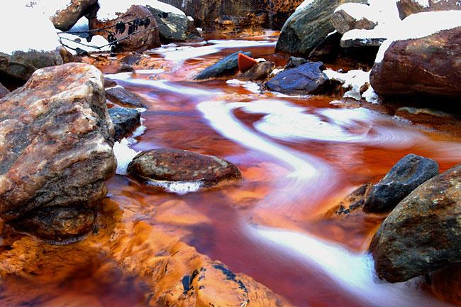 En misfarget bekk tyder på at noe er alvorlig galt. 20 tonn med dødelige tungmetaller renner ut i Folla hvert eneste år.