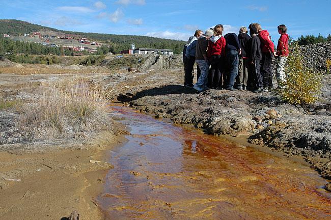 Ikke rart ungdommene i Folldal snur ryggen til elva som går gjennom bygda.