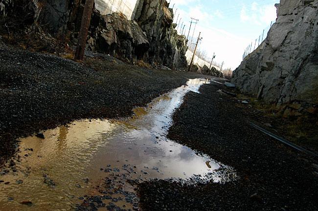 Også fra de nedlagte gruvene på Hjerkinn lekker det farlige tungmetaller ut i vassdraget.