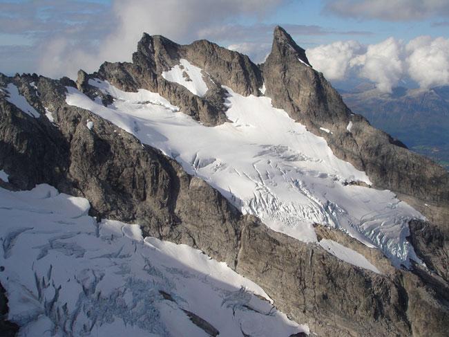 Store og Lille Vengetind med Mjølnerbreene. Et av de mest mangslungne og spennende fjell i hele landet. (Foto: romsdal.com)
