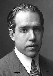 """Den danske fysikeren Niels Bohr (1885-1962) brukte ordet """"komplementaritet"""" for å forklare paradoksale fenomener i kvantemekanikken."""