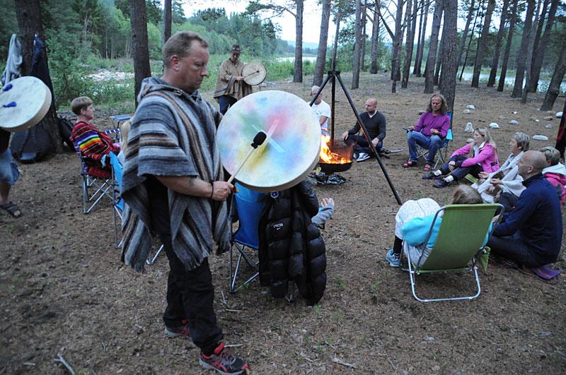 Meditasjon rundt bålet til lyden av taktfaste trommerytmer på Gaia Sommerfestival i Alvdal.