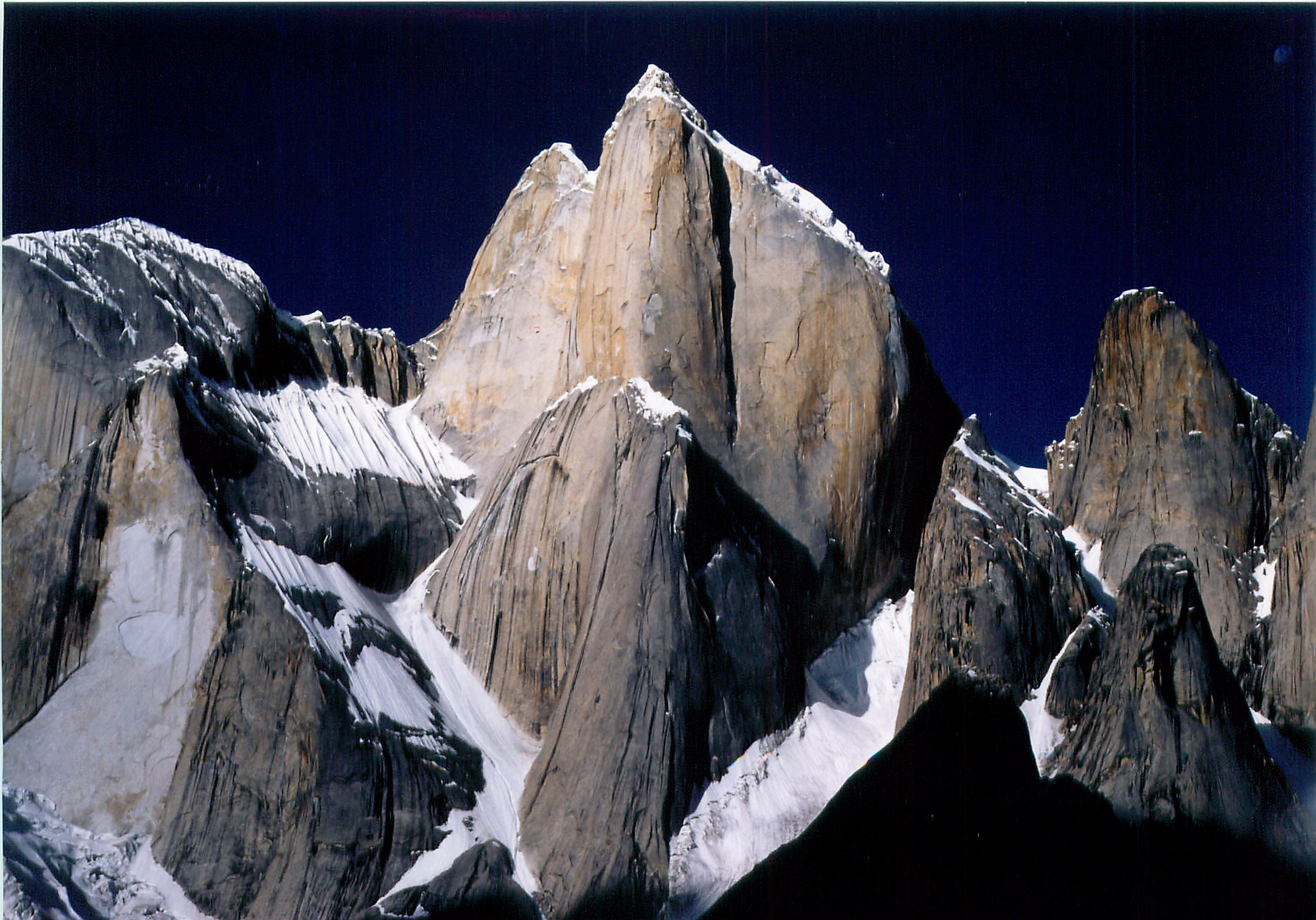 """Norskepillaren"" på Great Trango Tower, 6286 moh. (Foto: wikipedia)"