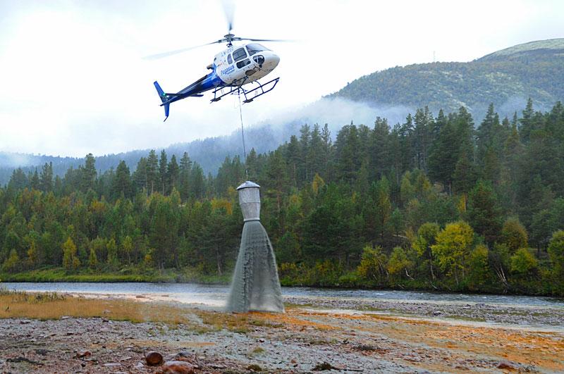 Dumpingen av 100 tonn olivin ble gjort ved hjelp av helikopter.