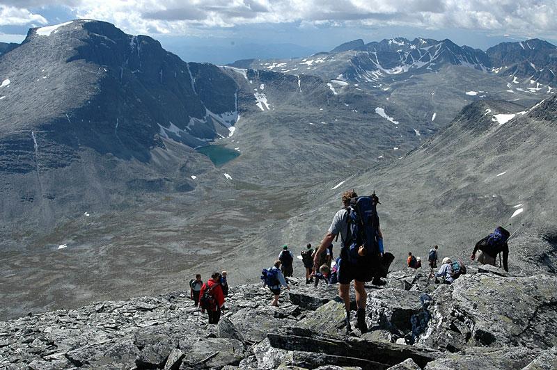 På veg ned fra Høgronden (2118), høyeste toppen i Folldal kommune. Langlupdalen med Rondeslottet (2171) til venstre.
