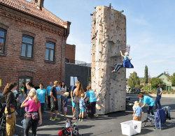 Utendørs klatretårn for de yngste med automatisk wire-sikring.