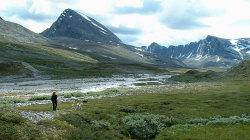 Verkilsdalen med Trolltinden til venstre og Sagtindan til høyre.