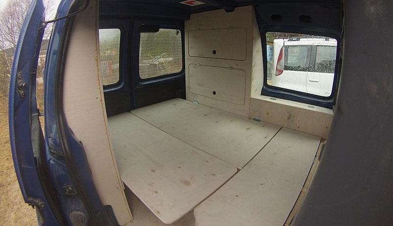 Lasterommet i en Peugeot Partner er gjort om til soverom og kjøkken.