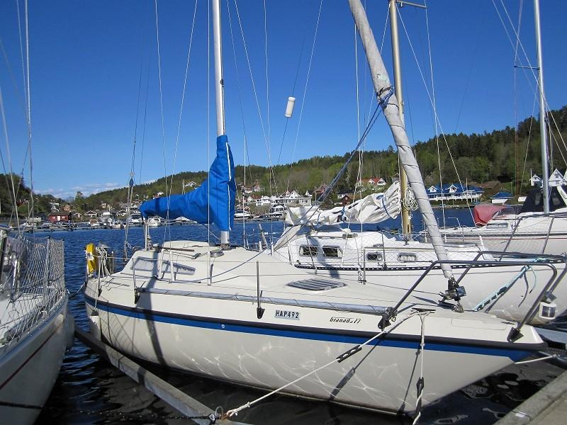 Båten er en 27 fot Granada med storseil, genoa og spinnaker. Motoren er en eldre innebords Volvo Penta MD5 diesel med 7,5 hestekrefter