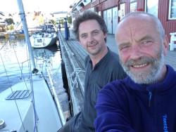 Audun og skipperen på kaia i Stavern.