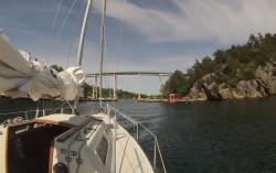 Brua fra fastlandet på babord side over til Justøy på styrbord side har en klaring til sjøen på 19 meter.