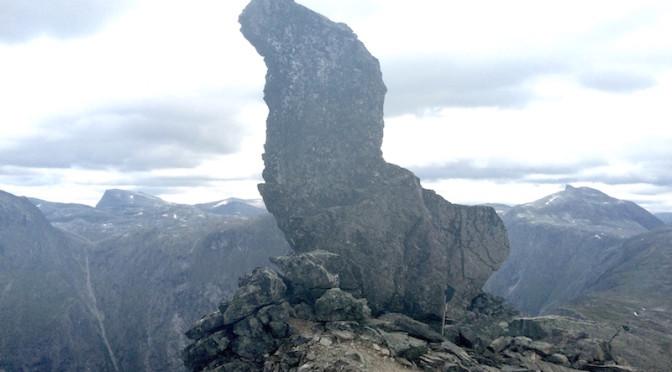 Mannen er egentlig navnet på denne gedigne steinblokka, som balanserer helt ute på kanten mot Romsdalen. Den forsvinner ned i avgrunnen den dagen det store raset går.