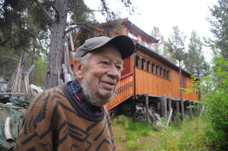 LIVSVERK: Ola Ståland hogde den første furua på tomta i skogen ovafor Dalholen i Folldal for 27 år siden. Nå er huset praktisk talt ferdig. – Dette blir mitt siste livsverk. Husbyggingen har vært viktig for å gi pensjonisttilværelsen mening, sier Ola.