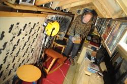Loftsgalleri: – Loftet ble såpass romslig at jeg bestemte meg for å innrede et galleri. Her kan jeg vise fram mange av mine egne og andre kunstneres arbeider for folk som kommer på besøk, sier huseieren.