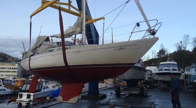 Båten heises på land i Florvågen på Askøy. Å ta båten på land var nødvendig for å få justert propellakslingen og skiftet pakkboksen.