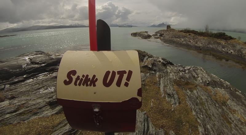 Helt i vestenden av Hjertøya er det satt opp en kasse med en turbok som besøkende kan skrive seg inn i.