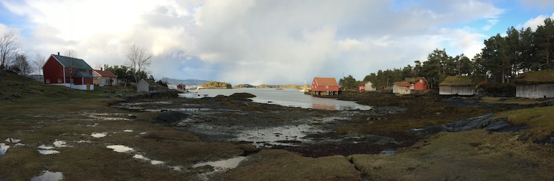 Hertøya med fjorden og noen av bygningene.