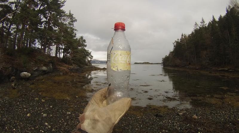 Hvem er du som kastet fra deg en Cola-flaske i Moldefjorden for ett eller kanskje to år siden? Du kan ta deg en tur til Hjertøya og hente den igjen. Flaska ligger sammen med mye annet rask og søppel i ei vik på nordsiden av øya.