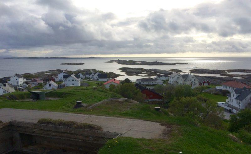 Bud er en bitteliten by ytterst i havgapet. Rett utenfor ligger det fraflyttede fiskeværet Bjørnsund, og langt ute i horisonten skimtes det bittelille øysamfunnet Ona der det fortsatt bor folk.