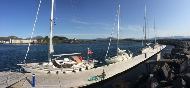Fire sebåter på rekke og rad i gjestehavna i Bud. Alle venter på det samme - at kulingen skal gi seg så det blir trygt å passere beryktede Hustadvika.