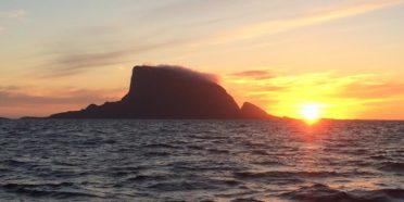 Nattseilas mot Lovund. Lovundfjellet i solnedgang/soloppgang er egentlig en magisk opplevelse som verken kan beskrives eller avbildes…