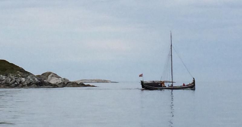 Kryssende kurs med en staselig nordlandsbåt.