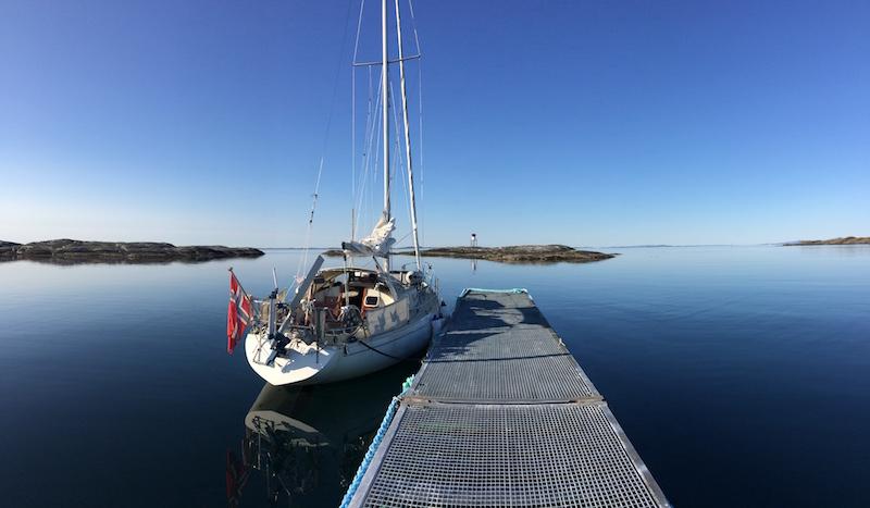 Blankstille sjø ved Ringholmen på Nordmøre. Men neste morgen blåste det opp til liten kuling…