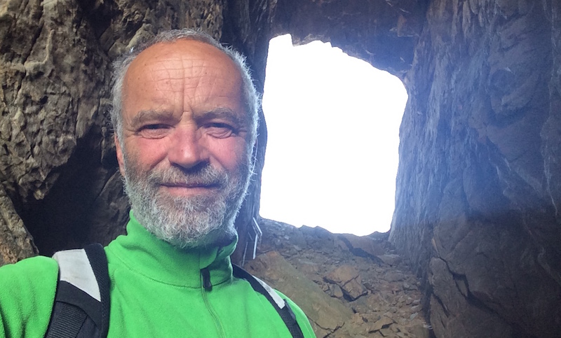 Turen gjennom hullet i Torghatten er obligatorisk når man seiler langs Helgelandskysten.
